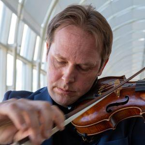 Konserttimestari Jukka Merjanen ja Montagnana-viulu