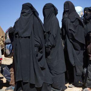 Naisia ja lapsia Syyriassa odottamassa siirtoa al-Holin leirille.
