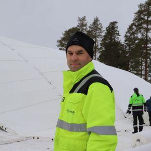 Patrick Johansson står framför en stor snöhög.