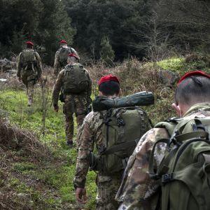 Sotilasasuisiet karabinieerit metsässä.