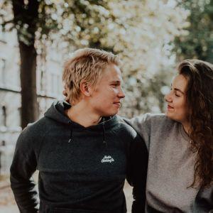 Jussi ja Kaisa Luoma katsovat toisiinsa hymyillen.