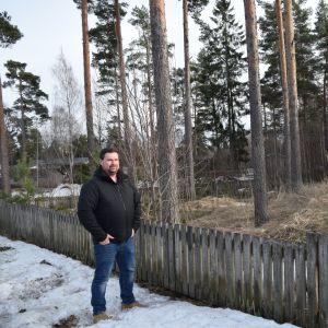 Mikael Lindberg vid den tilltänkta platsen där rinken ska placeras.