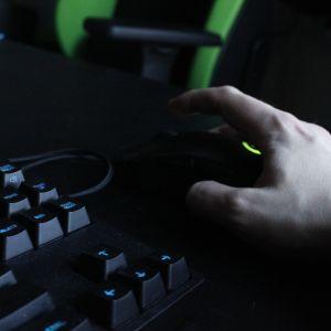 Käsi operoimassa tietokoneen hiirtä.