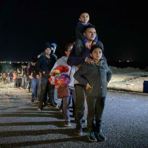 Migrantfamilj som tagit sig över floden Rio Grande stoppas av gränsmyndigheter