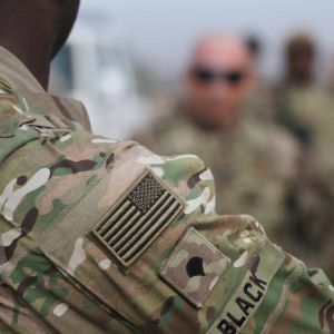 Lähikuva sotilaan olkapäästä, maastokuvioisessa hihassa Yhdysvaltojen lippu