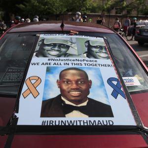 Auton tuulilasissa on plakaatti, jossa vaaditaan oikeutta Ahmaud Arberylle.