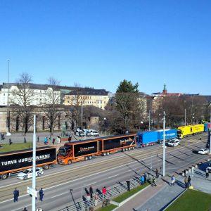 Lastbilskö utanför riksdagshuset. Torvdemonstration 30.4.2021.