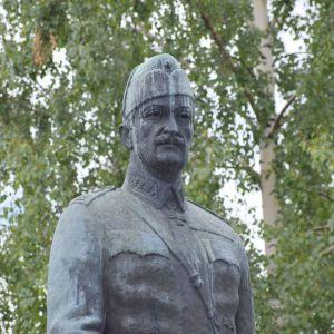Mannerheimin patsas Mikkelin Päämajamuseon edustalla.
