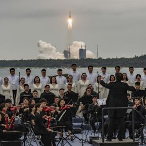 Xianin sinfoniaorkesteri ja kuoro esiintyivät Pitkä marssi 5B -raketin laukaisun yhteydessä Hainanilla Kiinassa.