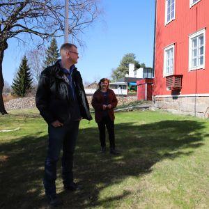 Jari Vesanen ja Taina Hautamäki Kosolan talon takapihalla.
