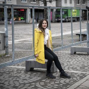 Hanna Kivimäki, sdp, kuntavaaliehdokas kk istuu ylämalmin torilla