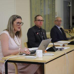 Kyyjärven kunnanjohtaja Tiina Pelkonen puhuu pöydän takaa.
