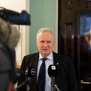 Hannu Hoskonen säilytti puoluepaikkansa.