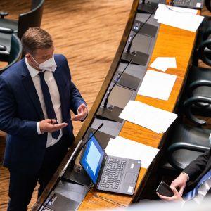 Kokoomuksen Petteri Orpo ja PS:n Jussi Halla-aho eduskunnassa. Välikysymysäänestys hallituksen puoliväliriihessä tekemistä päätöksistä.