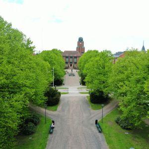 Lahden kaupungintalon puisto ilmakuvana 27.5.2021.