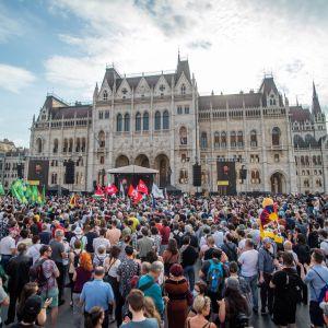 Tuhannet unkarilaiset osoittivat mieltään Budapestiin suunniteltua kiinalaista yliopistoa vastaan.