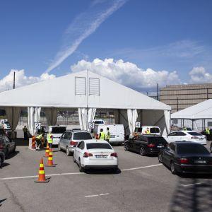 Virosta saapuville matkustajille tehdään sisärajatarkastuksia.