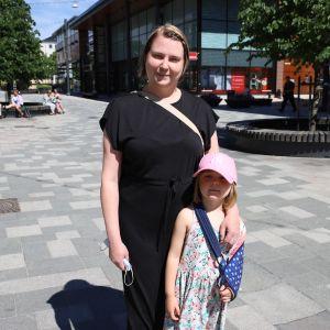 Mari Lampén ja Neea Leppänen Kävelykatu Manskilla.