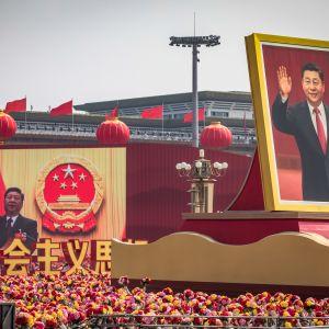 Kiiinan 70-vuotis juhlapäivä 1. lokakuuta 2019. Presidentti Xi Jinpingin kuvia ja väkijoukkoa taivaallisen rauhan aukiolla