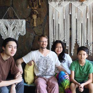 Familjen Utriainen på sin rymliga balkong i bostaden i Georgetown. Den äldre sonen Elias (t.v.) ska snart börja studera i Finland.
