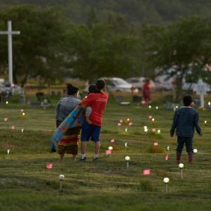 Flaggor och lampor visar var gravarna hittats vid Marieval Indian Residential School  i Saskatchewan, Kanada