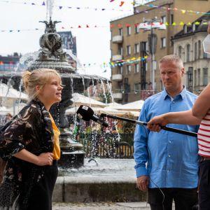 Noora Tapio ja Lassi Kaleva toimittaja Juha Kokkalan haastattelussa