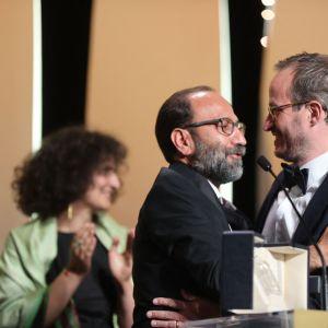 Två personer omfamnas på filmfestivalen i Cannes.