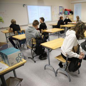 Elever i sjunde klass i Helilän koulu sitter i ett klassrum.