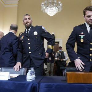 Poliser som försvarande Capitolium den sjätte januari 2021 anländer till kongressförhör om händelserna.