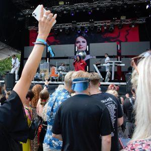 Tyttö iloitsee Kaija Koon keikalla DBTL-festivaalissa.