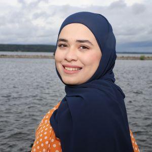 Rand Mohamad Deeb Lahdessa järven vieressä
