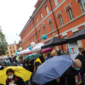 Folkvimmel under evenemanget Study in Turku. Platsen är gamla stortorget i Åbo.