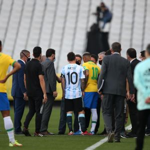 Brasilian ja Argentiinan kymppipaidat Lionel Messi ja Neymar keskustelivat terveysviranomaisten kanssa.