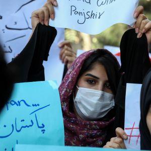 En kvinna demonstrerar i Afghanistans huvudstad Kabul.