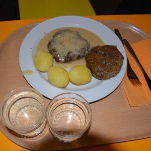 Biffar med potatis på tallrik.