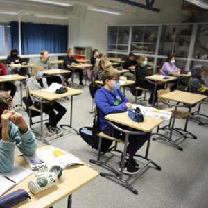 Eskolanmäen koulun oppilaita terveystiedon tunnilla.