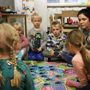 Päiväkotilaisia ja ohjaajia Nurmilinnun päiväkodissa Kouvolassa.