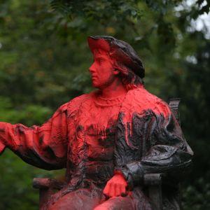 Kolumbuksen patsas oli tuhrittu maaliin Lontoossa.