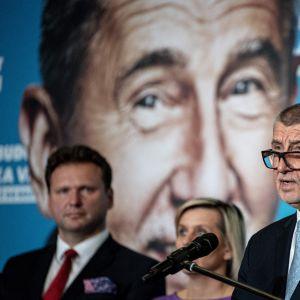 Tjeckiens premiärminister Andrej Babis talar fråmför ett väldigt foto på sig själv.