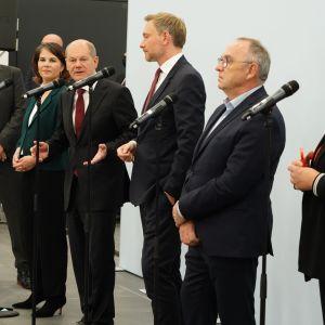 Saksan uudet hallituskumppanit tiedotustilaisuudessa, äänessä SPD:n kansleriehdokas, Olaf Scholz.