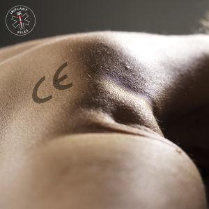 Ihmisen niskassa CE-merkintä.