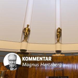 Bild på tre guldstatyer i riksdagens plenisal.