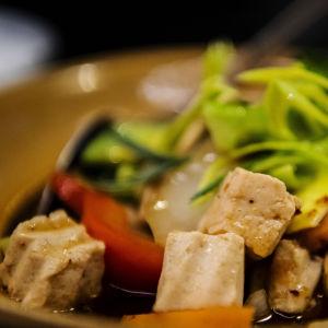 Kuvassa on riisiä, tofua, kasviksia ja cashew-pähkinöitä sisältävä lounasannos Korat Thai -ravintolassa Helsingissä lokakuussa 2020.