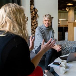 Naiset vaikuttajina liikunnan pelikentillä -hankkeen projektipäällikkö Nina Kaipio, Olympiakomitea, Grani Tenniksen toiminnanjohtaja Kirsi Lassooy ja Tampereen Tennisseuran puheenjohtaja Minttu Lampinen.