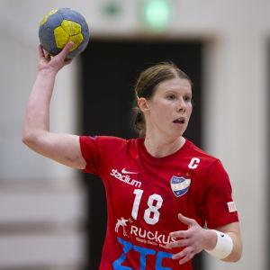 Linda Cainberg håller upp en handboll.