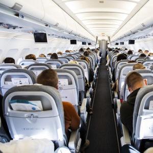Bild av resenärer ombord på Finnairs flyg AY 435 från Helsingfors till Uleåborg i början av September.