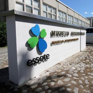"""En skylt utanför S:t Michels centralsjukhus. På skylten står det """"S:t Michels centralsjukhus"""" på finska, samt Essote."""