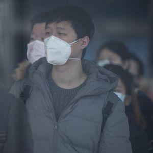 Anställda köade till en kontorsbyggnad i Shanghai på måndag morgon. Men många fabriker och arbetsplatser gapar tomma i Kina.