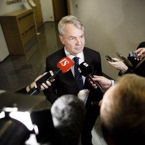 Pekka Haavisto intervjuas av medierna.