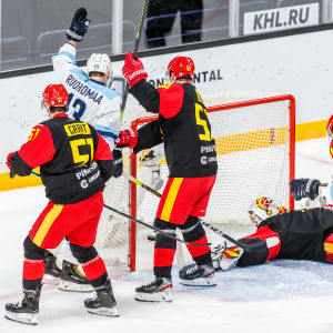 Mikael Ruohomaa firar 2–2-målet.